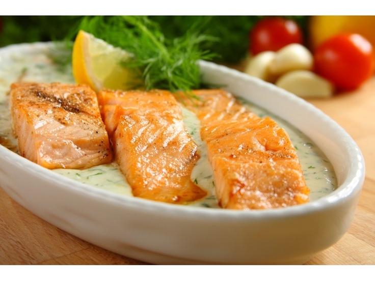 Łososia umyj, posól, posyp pieprzem i skrop sokiem z cytryny, po czym odstaw na 40 minut do lodów...