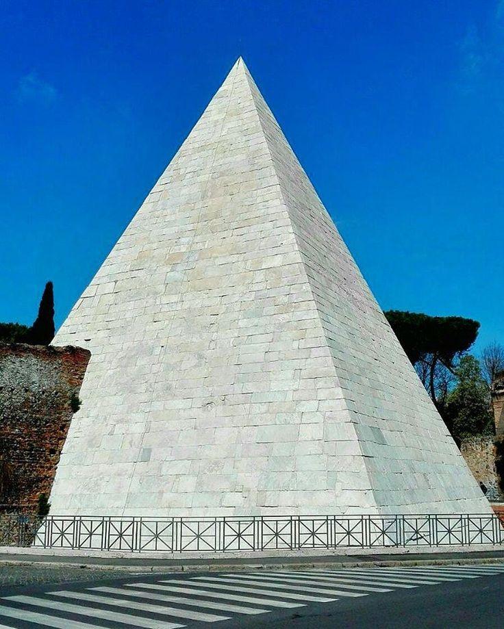 ✌#pyramid #rome #nofilterneeded #sunny #sky #sunny #sunday #view #piramide #ostiense #ostiensedistrict #roma #italy #city #strange #italia #igersitalia #nofilterneeded #volgoitalia #igdaily #ig_italia #travelblogger #travelwithme #travelgram #white #blue