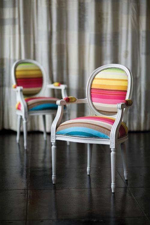 Cómo modernizar unas sillas clásicas?  Una forma es la elección de un tapizado como este, lleno de color.