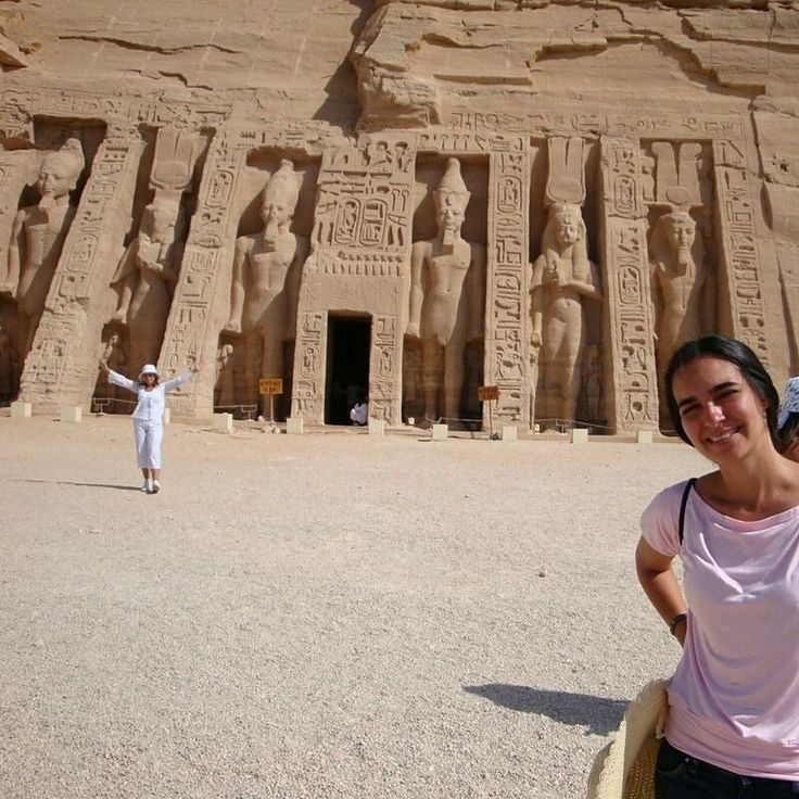 O Templo de Abu Simbel  é composto por dois templos que foram construídos por ordem do faraó Ramsés II no século XIII a.C. durante a XIX dinastia. A construção começou por volta de 1284 a.C. e terminou aproximadamente vinte anos mais tarde.  Enquanto o Grande Templo de Abu Simbel possui estatuária excessiva e de tamanho exorbitante em homenagem ao Faraó Ramsés II o Pequeno Templo é muito simples e construído em dimensões bastante inferiores quando comparado ao primeiro (outro dia postarei a…
