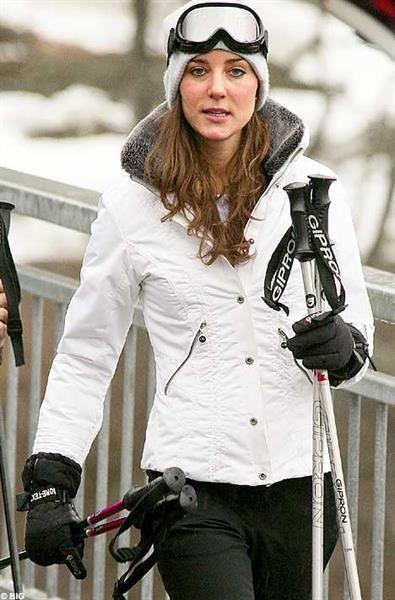 Сноуборд красные штаны белая куртка