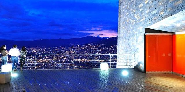 Parques Biblioteca (Medellín, Colombia) son complejos urbanísticos formados por edificaciones de arquitectura moderna, con amplios espacios circundantes de uso público, verdes, peatonales y decorativos.
