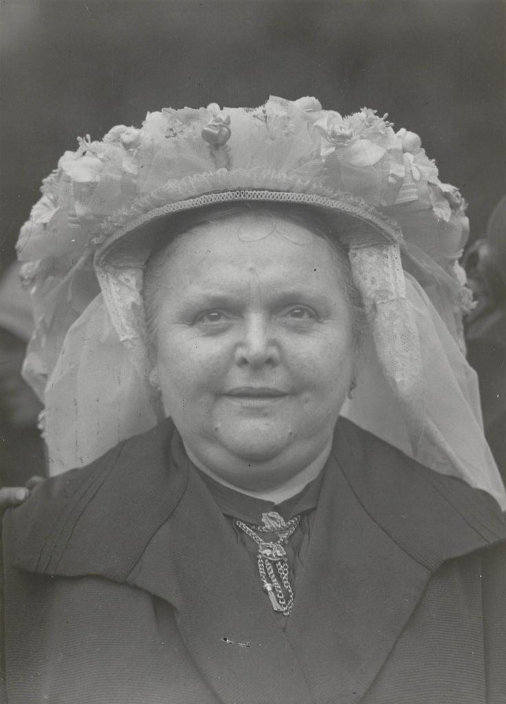 Vrouw in Brabantse dracht uit Neerkant (Peel). Poffer boven op brabantse muts
