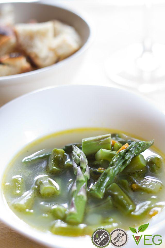 Minestra di asparagi - Ottimo antipasto o primo, da gustare con dell'olio extravergine di oliva a crudo e con dei crostini di pane da inzuppare. Questa ricetta, grazie alla sua semplicità, ci consente di preparare un piatto caldo e appetitoso e di gustare la genuina bontà dell'asparago.