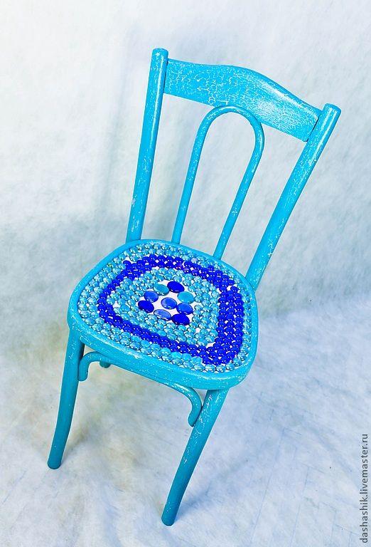 Бирюзовый венский стул,розовые трещины, сидение выложено стеклянными шариками, синими и бирюзовыми,все покрыто лаком, не пачкает одежду, не липнет!