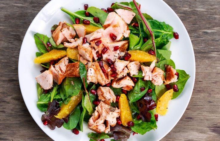 Салат — это вовсе не обязательно легкое и диетическое блюдо. Можно приготовить такой сытный и питательный салат, который с легкостью заменит полноценный ужин. В новом обзоре ищите интересные рецепты.