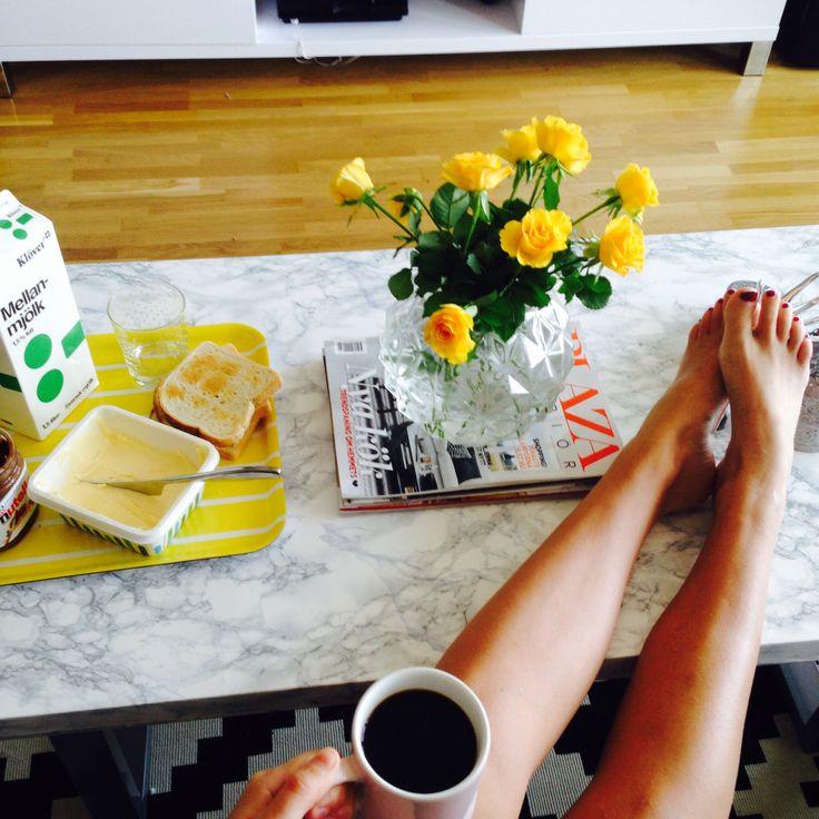 #soffbord #marmor #yellow #gul #bricka #rosor #ben #nutella #frukost