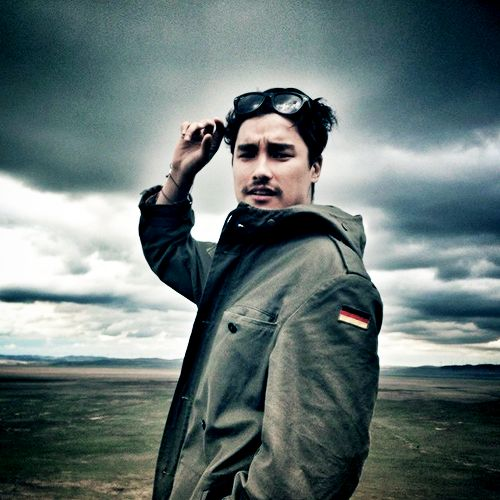 possibly remy hii as chandler bing (chinese-malaysian and english ancestry, 28/29 y/o)