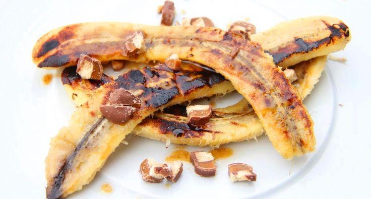 Grillowane banany na deser przepis: Oto niebiański deser na koniec rzędu grillowanych potraw! To nie tylko zwykłe grillowane banany, to coś więcej! Spróbuj koniecznie! Wybitny przepis!