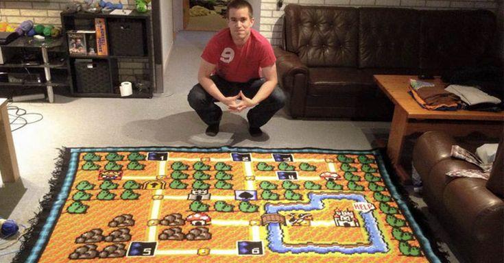 Fan de Super Mario 3 tarda 6 años en tejer una copia perfecta del mapa de este juego. Utilizó 100 bolas de hilo y la manta mide 2.2 por 1,8 metros.