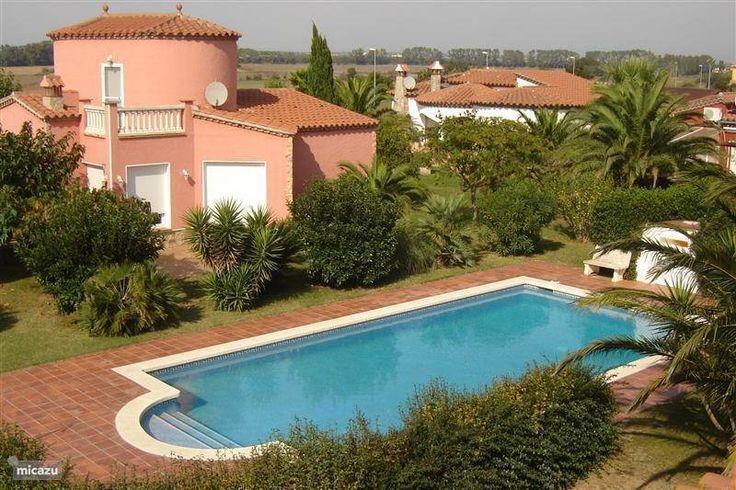Uitzicht vanaf het terras op het privé zwembad.