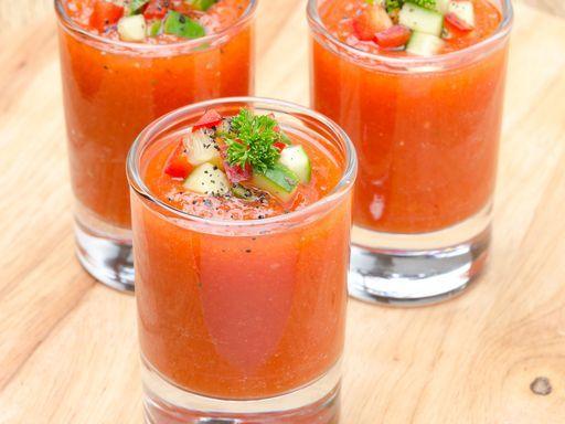 *Gaspacho (Andalousie)* : 6 tomates, 1/2 poivron rouge, 1 poivron jaune, 1 concombre, 1/2 gros oignon, 1 gousse d'ail, 2 cuillères à soupe de vinaigre balsamique à la figue, sel, poivre (ajouter selon les goûts, le piment et le basilique)