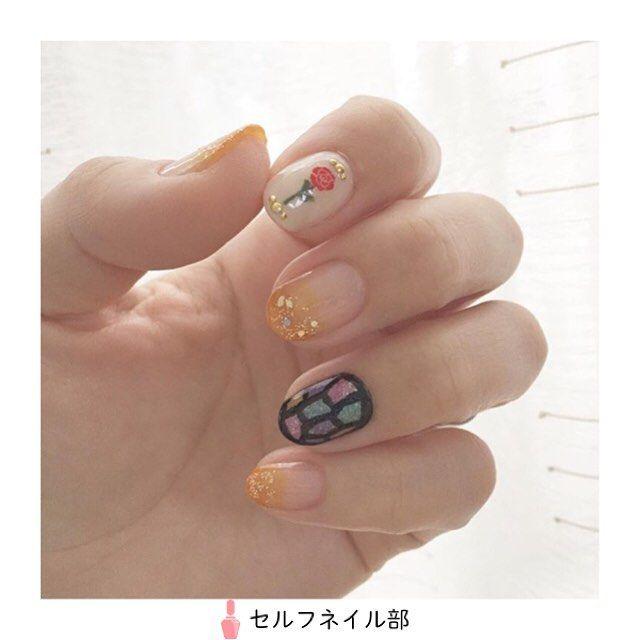 (@kazu_mama_chan)さんの、 「美女と野獣ネイル」を紹介します . 〜やり方〜 ①ベースコートを塗る。 ②親指、中指、小指はリキュールネイル パインでグラデーションをした後、ラメをサラっと一塗り。 ③人差し指はコンデンスミルクを塗り、薔薇シールを貼ったら茎と葉っぱを小筆で描き、スタッズを乗せる。 ④薬指は色素沈着防止も兼ねてシュガーネイルを塗った後、リキュールネイルをポツポツと置いて、 その上からシュガーネイルを重ね、小筆を使って濃密で縁取りをする。 ⑤トップコートを塗る。 . 〜使ったもの〜 **キャンドゥ** AT濃密グラマラスネイルエナメル22 TMリキュールネイル  パイン  ペパーミント  ベリー  フローズン  ディープブルー TMシュガーネイル  ミルク ATネイルグリッター04 TMジェルスタイルマニキュア  モスグリーン **Ducato** コンデンスミルク **しずくドリーミング** 0.8mmスタッズ 1.5mmスタッズ . 〜ポイント〜…