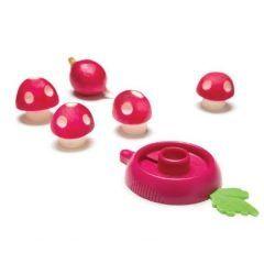 お弁当に入っていたら超テンションが上がる ラディッシュをかわいいキノコの形にするキッチングッズがギフト通販サイトAnimi Causa Boutiqueで販売中(ω) グッズの真ん中の部分でラディッシュを回転させるようにして削りキノコの柄を製作あとはグッズの先端で赤い皮を丸くむいて白い水玉模様を作ればきのこソックリな見た目に() 価格は11.99ドル約1400円で売ってるからぜひチェックしてみてね()