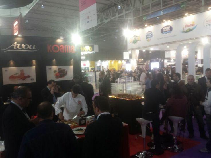 Héctor López, en Alimentaria2014 cocinando los productos Koama ante la expectación de la gente