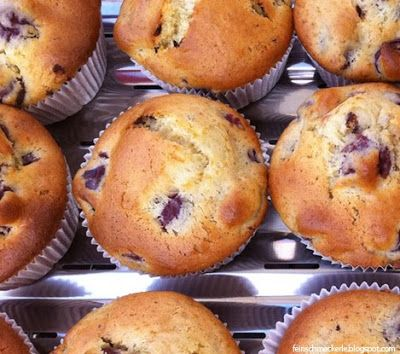Muffins sind einfach genial: schnell zubereitet und ideal transportiert. Und es gibt so viele Varianten, die ich unbedingt ausprobieren muss. Kürzlich waren die Schoko-Kirsch Muffins dran. Für 12 Muffins 1 Glas Kirschen gut abtropfen lassen. 250 g Mehl, 2 TL Backpulver und 1/2 TL Natron vermischen. Parallel 1 Ei mit 110 Gramm Zucker (ich habe Rohrzucker verwendet) schaumig schlagen. 1 Päckchen Vanillezucker, 80 Gramm neutrales Pflanzenöl und 250 Straciatella-Joghurt (Bio ohne Zusatzstoff...