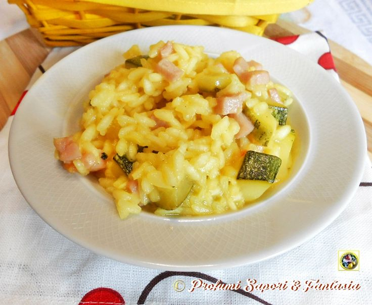 Risotto alle zucchine prosciutto e zafferano, un'ottimo primo piatto colorato e gustoso. Ideale da proporre tutti i giorni ma anche per le le festività.