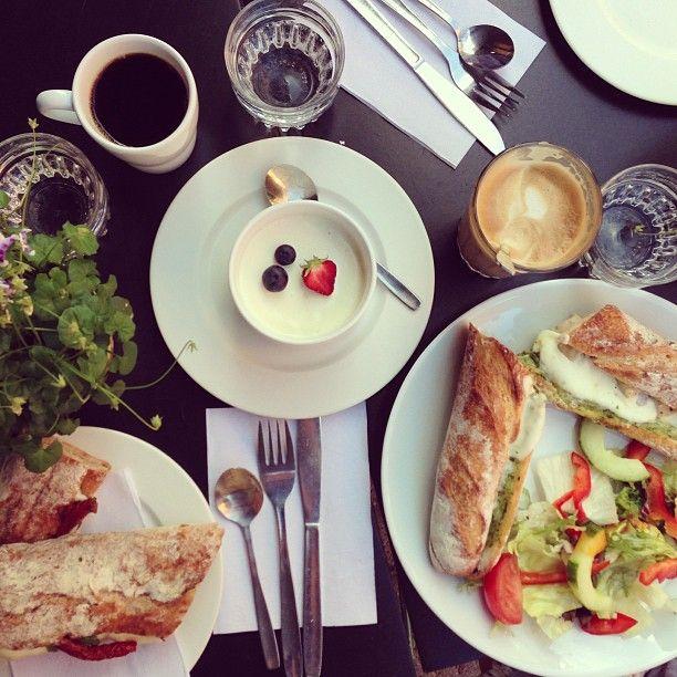 Fika! #cafe #levinskys #vasastan #rörstrandsgatan #sourdough #surdeg #baguette #mozzarella #sundriedtomatoes #chicken #pesto #grilledsandwich #sandwich #salad #cheesecake #cake #blueberries #strawberries #coffee #latte #fika #サンドイッチ #カフェ #コーヒー #ラテ #チーズケーキ #ケーキ #サラダ #Padgram