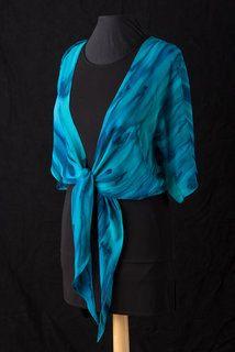 Dieses wunderschöne blau gestreift Achselzucken ist Hand gemalt und ist 100 % Seide Chiffon. Hand als auch gesäumt. Offen lassen oder an der Taille binden. Geringes Gewicht hinaus, wenn Sie nicht, diese Waffen Blondine möchten. Außerdem ändert das Aussehen des einfachen kleinen Outfit in ein mehr elegant aussehen.    Dieses ist cool blau Nuit, royalblau, blasse Minze grün und ein Hauch von smaragdgrün erstellt eine schöne Kombination aus coolen Farben, die mich an ein Riff Ozean gemacht…
