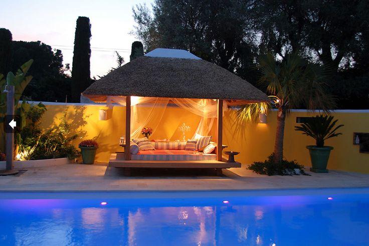 COBERTI Gazebo de madera tipo cama balinesa con techo de junco africano junto a piscina, ideas para jardín. #gazebo #maera #junco_africano #piscina #jardín #terraza #ideas #coberti #málaga