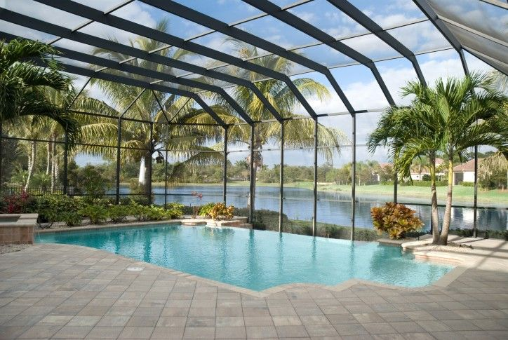 Bildschirm bedeckt im Boden-Pool in Florida Garten umgeben von grauen Ziegel Terrasse