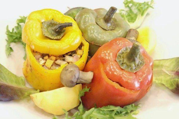 Постный фаршированный перец  Ингредиенты:  Сладкий перец — 3 шт. Лук — 1–2 шт. Морковь крупная — 1 шт. Грибы — 300 г Помидор — 2–3 шт. Зелень — по вкусу Картофель (по желанию) — 2 шт. Лавровый лист — 2 шт. Растительное масло — 2 ст. л. Сок томатный — 1 л Соль — по вкусу Перец — по вкусу  Приготовление:  1. Подготовьте все ингредиенты, которые будете использовать. Овощи и грибы вымойте и обсушите. 2. Грибы, лук, морковь, помидоры и зелень мелко нарежьте. На сковороде разогрейте растительное…