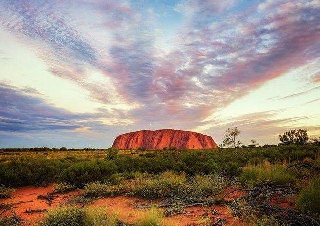 Australia: Stanchi dei turisti, la montagna sacra Uluru (Ayers Rock) sarà chiusa al pubblico