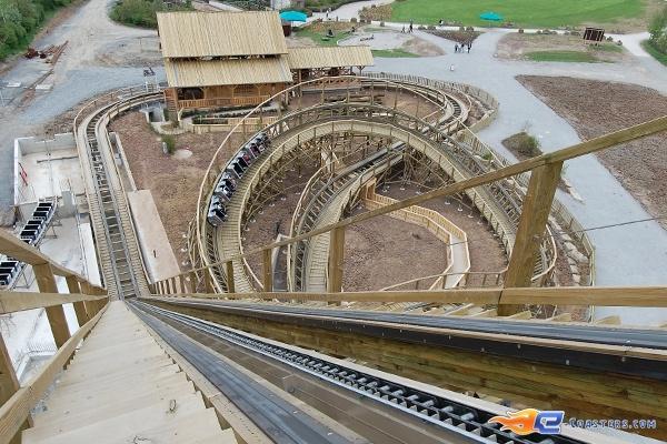 13/22 | Photo du Roller Coaster Mammut situé à Tripsdrill (Allemagne). Plus d'information sur notre site http://www.e-coasters.com !! Tous les meilleurs Parcs d'Attractions sur un seul site web !! Découvrez également notre vidéo embarquée à cette adresse : http://youtu.be/i8S4p9Z_JM8