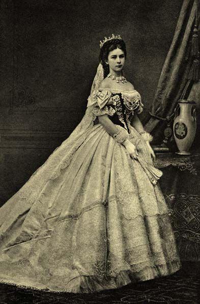 Empertriz  Elisabeth's  de Austria- Hungria. Vestido de su coronación de  Charles Frederick Worth, 1867.