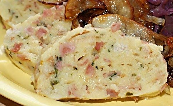 Knedlíky uvařené na páře připravené z vařených brambor, hrubé mouky, půlky tvrdé housky, vajíček a orestované slanino-šunkovo-petrželkové směsi.