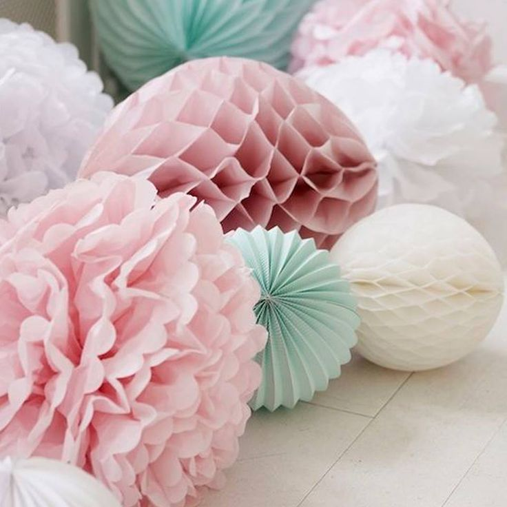 How #pretty are these paper #pompoms in pastel shades!? 🌸 A cost effective and easy way to decorate your #wedding #reception 🌸