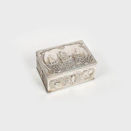 Casetă din argint, decorată cu peisaj marin, a doua jumătate a sec. XIX Atelier Hanau, Germania argint 935 turnat, cizelat, 14 x 9,5 x 7 cm, 523 g Valoare estimativă: € 900 - 1.400