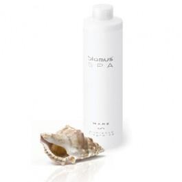 Mare is een natuurlijke wellnessgeur die de frisse geur van de oceaan naar je badkamer brengt. De combinatie van zeegeuren en Muskuskruid zorgen voor een frisse en pittige geur.