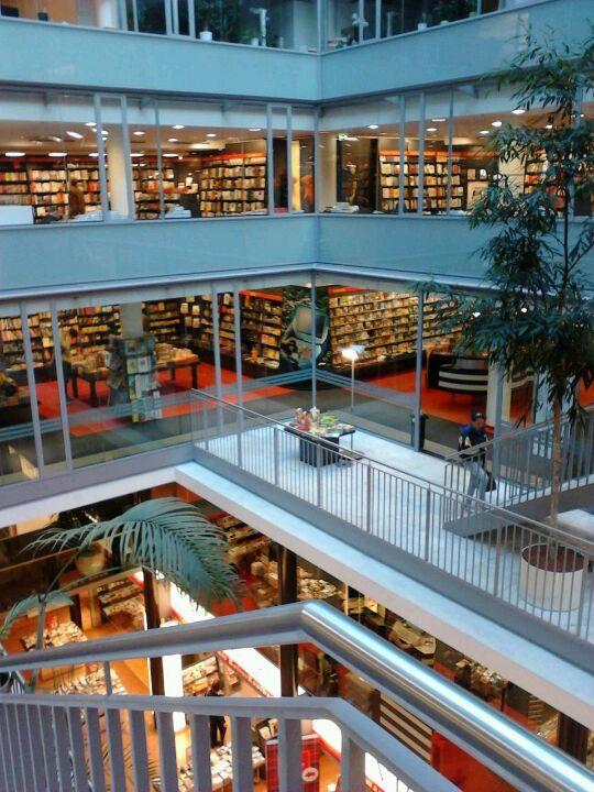 ღღ Dussmann das KulturKaufhaus - music, books and souvenirs - all under one roof