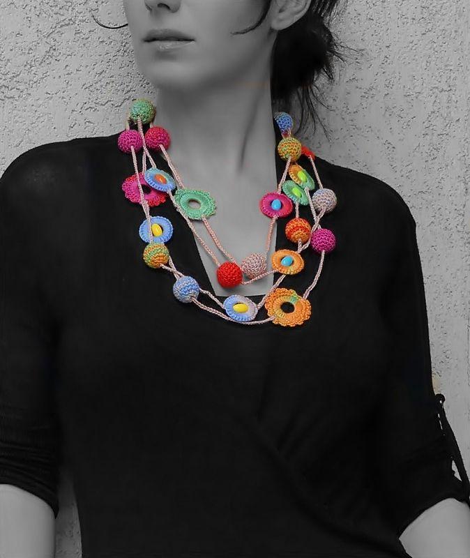 hosszú színes horgolt nyaklánc karikákkal és gyöngyökkel  / long colorful crochet necklace with hoops and beads