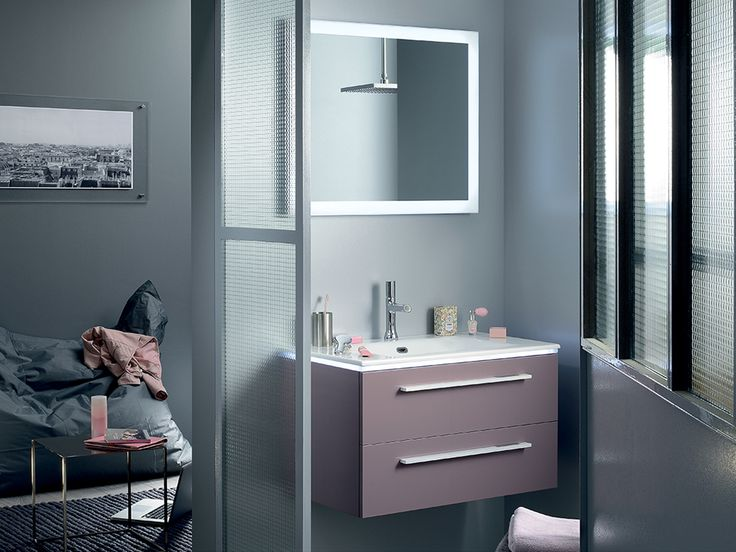 petite salle de bain optimis e avec un meuble laqu rose. Black Bedroom Furniture Sets. Home Design Ideas