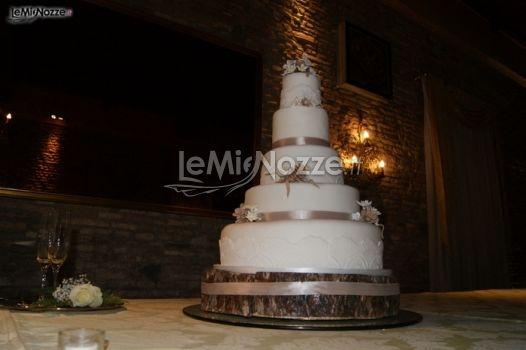 http://www.lemienozze.it/operatori-matrimonio/wedding_planner/agenzia-wedding-planner-a-roma/media/foto/25  Torta nuziale tema montagna con base di corteccia d'albero