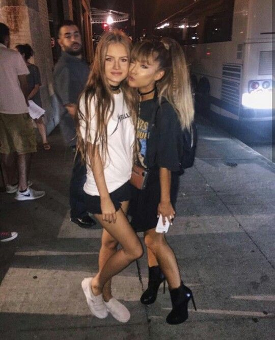 ARIANA GRANDE WITH A FAN #KIMILOVEE #THEWIFE PLEASE DON'T CHANGE MY CAPTIONS OR YOU'LL BE BLOCKED!