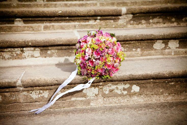 Früher trug die Braut einen Blumenkranz im Haar. Seit der Renaissance hat sich der Brautstrauß als unverzichtbares Hochzeits-Accessoire durchgesetzt. Der Brautstrauß ist nicht nur ein romantisches Accessoire bei Vermählungen. Er ist auch mit Brauchtum verbunden.Eine Hochzeit ohne Brautstrauß ist für viele undenkbarEin paar Gedanken zum Thema sollten