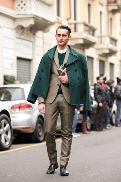 スーツのグリーン系コーディネート。