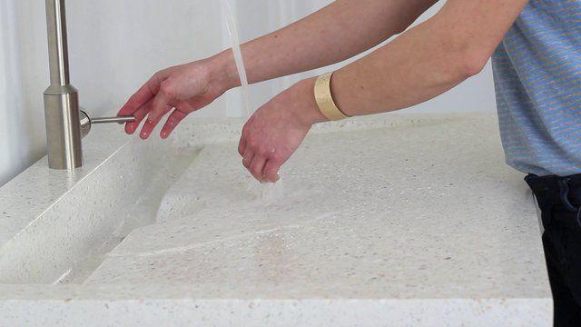 MOKRA ROBOTA na FUTU.PL Lisę Keller, autorkę projektu zlewu kuchennego Plat'eau, można uznać za specjalistkę od mokrej roboty. http://www.futu.pl/futu,2,2439,mokra_robota.html