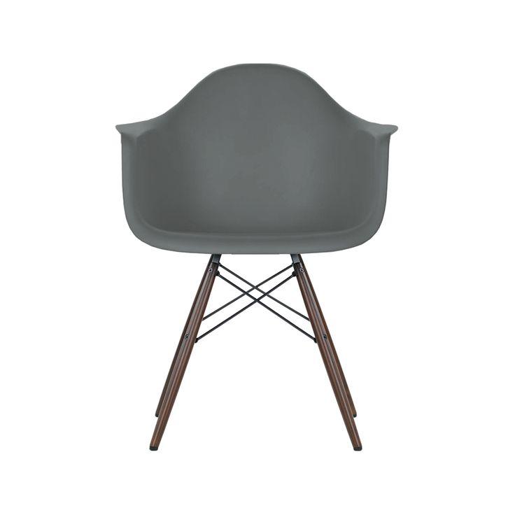 Eames Plastc Armchair DAW med grått skal och mörkt brunbetsade lönnben. Eames Plastic Arm Chair är en omarbetad variant av Eames legendariska Fiberglass Chair.Den presenterades år 1950 som den första industriellt tillverkade plaststolen, av helt genomfärgad polypropylen. Genomfärgningen gjordes för att stolen ska tåla många års tufft slitage utan påverkan på färgen.