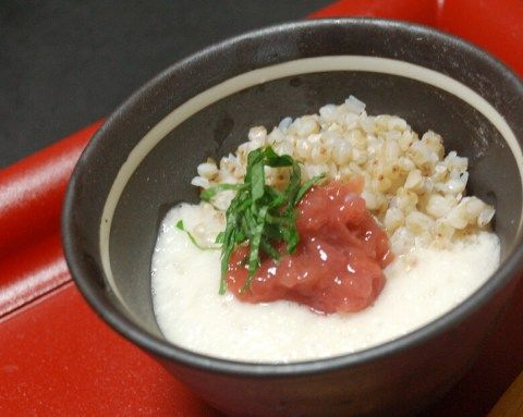 蕎麦の実と梅干とろろは食べやすくあっさりいただけて、栄養価が高くヘルシー。