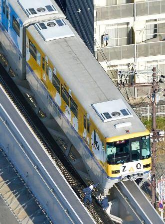 軌道上で停車する大阪モノレールの回送列車=28日午前9時3分、大阪府摂津市で共同通信社ヘリから ▼28Oct2014共同通信|大阪モノレール、車両から出火 脚立接触、始発から運休 http://www.47news.jp/CN/201410/CN2014102801001346.html #Osaka_Monorail ◆Osaka Monorail - Wikipedia http://en.wikipedia.org/wiki/Osaka_Monorail