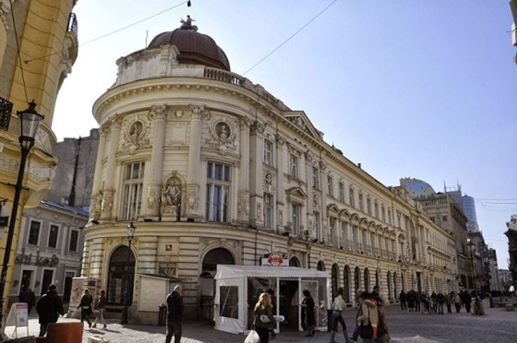 În capătul celălalt al clădirii era intrarea la Conservator și alături Cantina. Clădirea construită în stil neo-clasic-vienez a sucursalei băncii Berliner Gesellschaft. A fost si sediul fostei Societati de Asigurari Dacia este o constructie somptuoasa, cu decoratii bogate de factura neoclasica si elemente de Renastere.