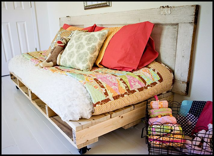 Pallet Bed: Doors Headboards, Pallets Daybeds, Pallets Beds, Pallets Furniture, Wooden Pallets, Guest Rooms, Wood Pallets, Old Doors, Pallets Day Beds