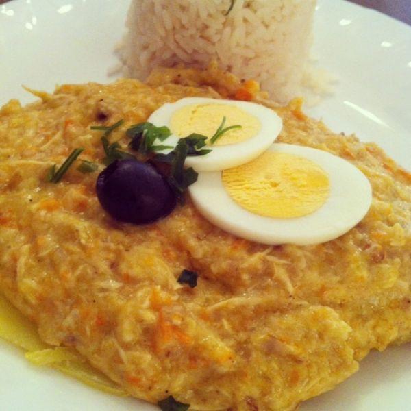 L'Ají de Gallina è un famosissimo piatto della gastronomia peruviana che riscuote sempre enorme successo tra i commensali.Concretamente si tratta di una crema di ají (peperoncino del Perú) con straccetti di pollo; questa viene adagiata su un letto di patate lesse e si accompagna con del riso bianco. Si decora sempre con fettine di uova sode, olive nere e prezzemolo.Come spesso accade, quando si parla di gastronomia peruviana, si hanno difronte piatti di cucina creola; vale a dire piatti nati…