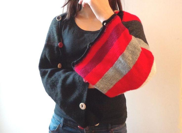 Etole modulable rouge et noir tricotée main, châle poncho à bandes colorées, chauffe-épaules cocooning. : Pulls, gilets par reve-de-fille