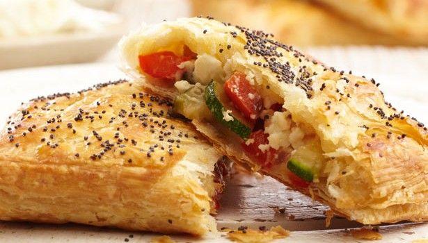 Συνήθως, σε κάθε τραπέζι εκτός από το κυρίως χρειάζεται να υπάρχει και μια πίτα, ολοκληρώνοντας έτσι το φαγητό. Ωστόσο, η πίτα μπορεί να χρησιμοποιηθεί και ως πρωινό, αλλά είναι και μια εύκολη λύση για βραδινό.
