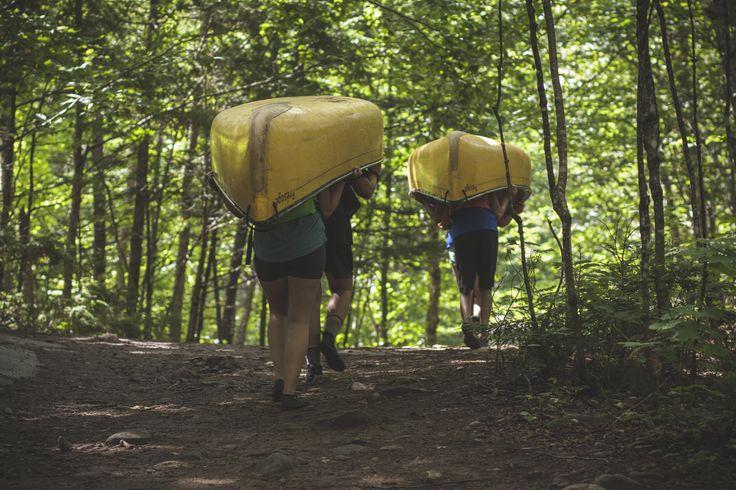 Un incontournable des expéditions de canot: le portage!